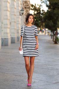 vestido-recto-en-blanco-y-azul-marino-zapatos-de-tacon-rosa-bolso-bandolera-blanco-original-17932